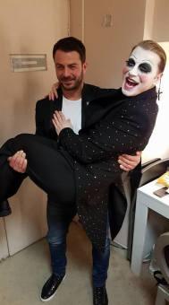 """Ο Γιώργος μαζί με τον Τάκη Ζαχαράτο στο καμαρίνι του δεύτερου μετά το τέλος της παράστασης """"Cabaret"""" στο θέατρο Παλλάς - 18 Μαρτίου 2018 Φωτογραφία: travelgirl.gr"""