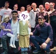"""Ο Γιώργο, ο Γιώργος Χρανιώτης και ο Νίκος Βέρτης ανάμεσα στους συντελεστές της παράστασης και ανθρώπους του Make a Wish, μαζί με τη μικρή Αλεξάνδρα μετά το τέλος της παράστασης """"Ραπουνζέλ"""", όπου η ίδια βρέθηκε στον ομότιτλο ρόλο για να εκπληρώσει την ευχή της - 10 Μαρτίου 2018 Φωτογραφία: al_giannis Instagram"""
