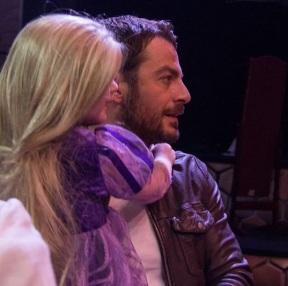 """Ο Γιώργος μαζί με τη μικρή Αλεξάνδρα μετά το τέλος της παράστασης """"Ραπουνζέλ"""", όπου η ίδια βρέθηκε στον ομότιτλο ρόλο για να εκπληρώσει την ευχή της μέσω του Make a Wish - 10 Μαρτίου 2018 Φωτογραφία: al_giannis Instagram"""