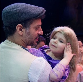 """Ο Γιώργος Χρανιώτης μαζί με τη μικρή Αλεξάνδρα μετά το τέλος της παράστασης """"Ραπουνζέλ"""", όπου η ίδια βρέθηκε στον ομότιτλο ρόλο για να εκπληρώσει την ευχή της μέσω του Make a Wish - 10 Μαρτίου 2018 Φωτογραφία: al_giannis Instagram"""