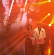 """Ο Γιώργος και η Αθηνά Νικολαΐδου στη σκηνή των 13ων βραβείων Madame Figaro """"Γυναίκες της χρονιάς"""" που έγιναν στο Δημοτικό Θέατρο Στροβόλου στις 17 Απριλίου 2018 Φωτογραφία: basta.mar Instagram"""