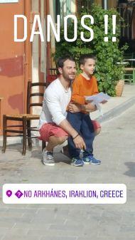 Ο Γιώργος μαζί με έναν μικρό φαν στην Κρήτη, όπου βρέθηκε για το γύρισμα του διαφημιστικού της NAK Shoes στις 28 Απριλίου 2018 Φωτογραφία: karouzos_man Instagram