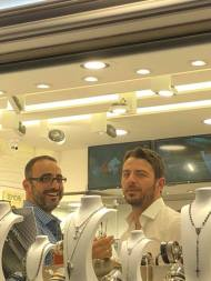 Ο Γιώργος μαζί με τον ιδιοκτήτη του μαγαζιού Treasure & Jewels, Φίλιππο Παπασταματίου, στη Ρόδο στις 26 Μαΐου 2018 Φωτογραφία: Κλαιρη Νικολαου Facebook