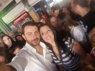 Ο Γιώργος μαζί με φανς στη Ρόδο όπου βρέθηκε για τα εγκαίνια του Treasure & Jewels στις 26 Μαΐου 2018 Φωτογραφία: Μαρινα Μαρινακι Facebook