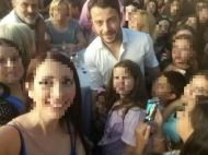 Ο Γιώργος μαζί με φανς στη Ρόδο όπου βρέθηκε για τα εγκαίνια του Treasure & Jewels στις 26 Μαΐου 2018 Φωτογραφία: danos_ga Facebook