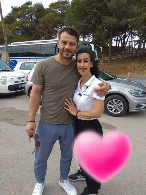 Ο Γιώργος μαζί με φαν στη Ρόδο όπου βρέθηκε για τα εγκαίνια του Treasure & Jewels στις 26 Μαΐου 2018 Φωτογραφία: Ioanna Patta Facebook