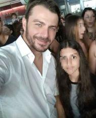 Ο Γιώργος μαζί με φαν στη Ρόδο όπου βρέθηκε για τα εγκαίνια του Treasure & Jewels στις 26 Μαΐου 2018 Φωτογραφία: maria_krystallh Instagram