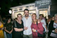 Ο Γιώργος με φαν στο μαγαζί Treasure & Jewels στη Ρόδο - 26 Μαΐου 2018 Φωτογραφία: Treasure Jewels & More. Facebook