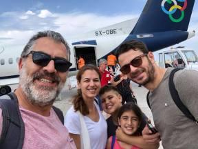 Ο Γιώργος μαζί με τον Κούλλη Νικολάου και την οικογένειά του στο αεροδρόμιο της Ρόδου - 26 Μαΐου 2018 Φωτογραφία: Treasure Jewels & More. Facebook