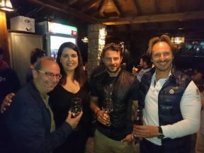 Ο Γιώργος με φίλους στην παρουσίαση τοπικού κρασιού από την Parissis Winery στη Σκιάθο, που έγινε στο Exandas Bar - Restaurant Φωτογραφία: Νίκος Τζούμας Facebook