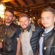 Ο Γιώργος με φίλους στην παρουσίαση τοπικού κρασιού από την Parissis Winery στη Σκιάθο, που έγινε στο Exandas Bar - Restaurant Φωτογραφία: freddo news