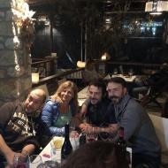 Ο Γιώργος με φίλους στην παρουσίαση τοπικού κρασιού από την Parissis Winery στη Σκιάθο, που έγινε στο Exandas Bar - Restaurant Φωτογραφία: gregoryzaharias Instagram