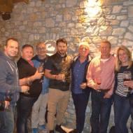 Ο Γιώργος με φίλους στην παρουσίαση τοπικού κρασιού από την Parissis Winery στη Σκιάθο, που έγινε στο Exandas Bar - Restaurant Φωτογραφία: Labros Sanidas Facebook
