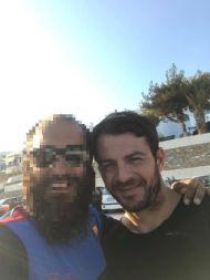 Ο Γιώργος με φαν στην Τήνο, όπου βρέθηκε για τον γάμο του Γιώργου Χρανιώτη - 22 Ιουνίου 2018 Φωτογραφία: Andreas Sigalas Facebook