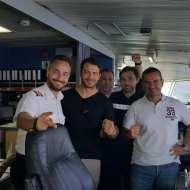 Ο Γιώργος μαζί με τον καπετάνιο και το πλήρωμα του πλοίου καθ'οδόν για την Τήνο για τον γάμο του Γιώργου Χρανιώτη - 22 Ιουνίου 2018 Φωτογραφία: Menelaos Captain Facebook