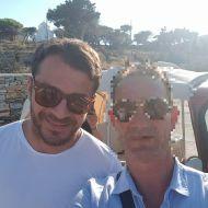 Ο Γιώργος με φαν στην Τήνο, όπου βρέθηκε για τον γάμο του Γιώργου Χρανιώτη - 22 Ιουνίου 2018 Φωτογραφία: Κωστας Πατινιωτης Facebook