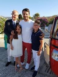 Ο Γιώργος με φανς στην Τήνο, όπου βρέθηκε για τον γάμο του Γιώργου Χρανιώτη - 22 Ιουνίου 2018 Φωτογραφία: Κωστας Πατινιωτης Facebook