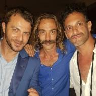 Ο Γιώργος μαζί με Χρανιώτη και Δημήτριο Φίλων Κάιζερ στον γάμο του πρώτου στην Τήνο - 23 Ιουνίου 2018 Φωτογραφία: demetrius_philon Instagram