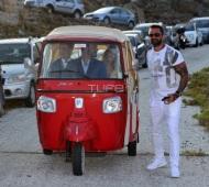 Ο Γιώργος οδηγεί τη νύφη Γεωργία Αβασκαντήρα και τον πατέρα της στην εκκλησία - 23 Ιουνίου 2018 Φωτογραφία: TLife