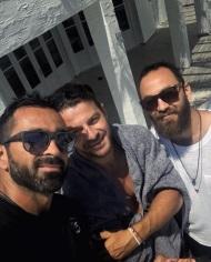 Ο Γιώργος μαζί με τον Μπο και τον Κώστα στην Τήνο όπου βρέθηκαν για τον γάμο του Γιώργου Χρανιώτη - 24 Ιουνίου 2018 Φωτογραφία: bo_fugitive Instagram