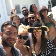 Ο Γιώργος μαζί με φίλους στην Τήνο όπου βρέθηκε για τον γάμο του Γιώργου Χρανιώτη - 24 Ιουνίου 2018 Φωτογραφία: renaeirini Instagram