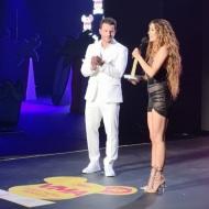 Ο Γιώργος μαζί με την Ελένη Φουρέιρα στη σκηνή, την οποία και βράβευσε ως Best Female Pop Artist της χρονιάς στα βραβεία Mad που έγιναν στις 27 Ιουνίου 2018 Φωτογραφία: ladylike.gr