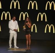Ο Γιώργος μαζί με την Ελένη Φουρέιρα στη σκηνή, την οποία και βράβευσε ως Best Female Pop Artist της χρονιάς στα βραβεία Mad που έγιναν στις 27 Ιουνίου 2018 Φωτογραφία: madvma Instagram