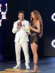 Ο Γιώργος μαζί με την Ελένη Φουρέιρα στη σκηνή, την οποία και βράβευσε ως Best Female Pop Artist της χρονιάς στα βραβεία Mad που έγιναν στις 27 Ιουνίου 2018 Φωτογραφία: queengr
