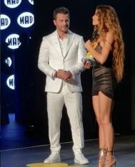 Ο Γιώργος μαζί με την Ελένη Φουρέιρα στη σκηνή, την οποία και βράβευσε ως Best Female Pop Artist της χρονιάς στα βραβεία Mad που έγιναν στις 27 Ιουνίου 2018 Φωτογραφία: queengr Instagram