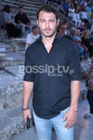 """Ο Γιώργος στο αρχαίο θέατρο Επιδαύρου όπου βρέθηκε για να παρακολουθήσει την παράσταση """"Αχαρνής"""" του Αριστοφάνη στις 29 Ιουνίου 2018 Φωτογραφία: gossiptv"""