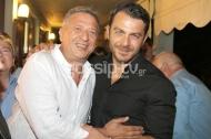 """Ο Γιώργος μαζί με τον Κώστα Κόκλα στο αρχαίο θέατρο Επιδαύρου όπου βρέθηκε για να παρακολουθήσει την παράσταση """"Αχαρνής"""" του Αριστοφάνη στις 29 Ιουνίου 2018 Φωτογραφία: gossiptv"""