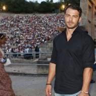 """Ο Γιώργος στο αρχαίο θέατρο Επιδαύρου όπου βρέθηκε για να παρακολουθήσει την παράσταση """"Αχαρνής"""" του Αριστοφάνη στις 29 Ιουνίου 2018 Φωτογραφία: iefimerida"""