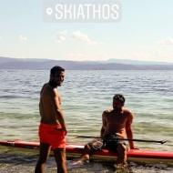 Ο Γιώργος μαζί με τον δημοσιογράφο Κώστα Τσουρό στις Κουκουναριές Σκιάθου στις 30 Ιουνίου 2018 Φωτογραφία: themisgeorgantas Instagram