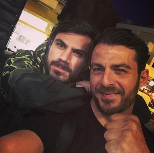 Ο Γιώργος μαζί με τον Άκη Πετρετζίκη στο Burger AP στην Αγία Παρασκευή - 31 Μαΐου 2018 Φωτογραφία: akis_petretzikis Instagram