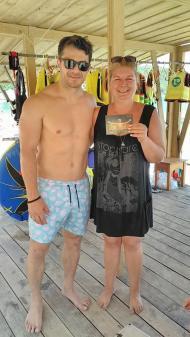 Ο Γιώργος μαζί με την κυρία Ράνια Πάνου, ιδιοκτήτρια ενοικιαζόμενων δωματίων στη Σκιάθο - 9 Ιουνίου 2018 Φωτογραφία: Ό,τι συμβαίνει στη Σκιάθο Facebook