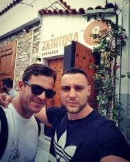 Ο Γιώργος μαζί με τον φίλο του Νίκο έξω από το Apotheke Club στη Σκιάθο στις 9 Ιουνίου 2018 Φωτογραφία: nikosmermigas90 Instagram