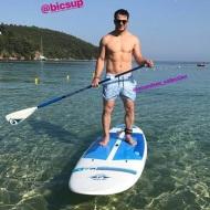 Ο Γιώργος κάνοντας SUP στις Κουκουναριές στη Σκιάθο - 9 Ιουνίου 2018 Φωτογραφία: official_danos_ga Instagram