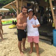 Ο Γιώργος με φαν στο Salto WaterSports στις Κουκουναριές Σκιάθου - 22 Ιουλίου 2018 Φωτογραφία: denxerwtithelw_ via mr_survivor_thumbs_up Instagram