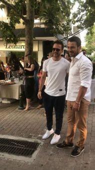 Ο Γιώργος μαζί με τον τραγουδιστή Κώστα Καραφώτη στην εκδήλωση της La Vie en Rose για τα δύο χρόνια λειτουργίας στις 7 Ιουλίου 2018 Φωτογραφία: _danos_for_ever__ Instagram