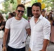 Ο Γιώργος μαζί με τον τραγουδιστή Κώστα Καραφώτη στην εκδήλωση της La Vie en Rose για τα δύο χρόνια λειτουργίας στις 7 Ιουλίου 2018 Φωτογραφία: kostaskarafotis_official Instagram