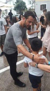 Ο Γιώργος μαζί με μικρούς φανς στη Δράμα όπου βρέθηκε για να εκπληρώσει την ευχή του μικρού Άγγελου μέσω του Make a Wish - 9 Ιουλίου 2018 Φωτογραφία: almpaa_13 via ntanosfansofficial Instagram