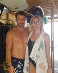 Ο Γιώργος μαζί με τη Μαρκέλλα στις Κουκουναριές Σκιάθου όπου συναντήθηκαν για μια συνέντευξη στο Travel Girl -