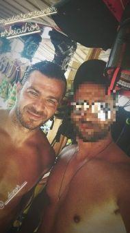 Ο Γιώργος μαζί με φαν στις Κουκουναριές στη Σκιάθο - 4 Αυγούστου 2018 Φωτογραφία: panagiotiskouk Instagram