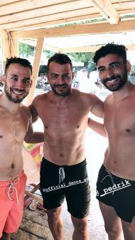 Ο Γιώργος μαζί με φανς στις Κουκουναριές στη Σκιάθο - 4 Αυγούστου 2018 Φωτογραφία: petros_kaltsis Instagram