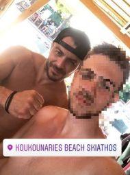 Ο Γιώργος μαζί με φαν στις Κουκουναριές στη Σκιάθο - 4 Αυγούστου 2018 Φωτογραφία: stef_gnk Instagram