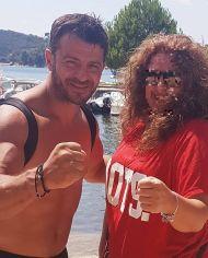 Ο Γιώργος μαζί με φαν στις Κουκουναριές στη Σκιάθο - 4 Αυγούστου 2018 Φωτογραφία: vasilikikaravia Instagram