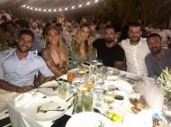 Ο Γιώργος με φίλους στον γάμο του Σάκη Τανιμανίδη και της Χριστίνας Μπόμπα που έγινε στη Σίφνο - 1 Σεπτεμβρίου 2018 Φωτογραφία: official_danos_ga IG