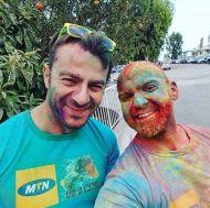 """Ο Γιώργος με τον φίλο Ανδρέα Γεωργίου στη Λεμεσό κατά τη διάρκεια της εκδήλωσης """"Run in Colour"""" που έγινε στις 13 Οκτωβρίου 2018 Φωτογραφία: andr3asgeo Instagram"""