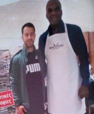 Ο Γιώργος μαζί με τον πρώην μπασκετμπολίστα Τσαρλς Όκλεϊ στα Tristar Studios στη Νέα Υόρκη Φωτογραφία: Περιοδικό ΟΚ