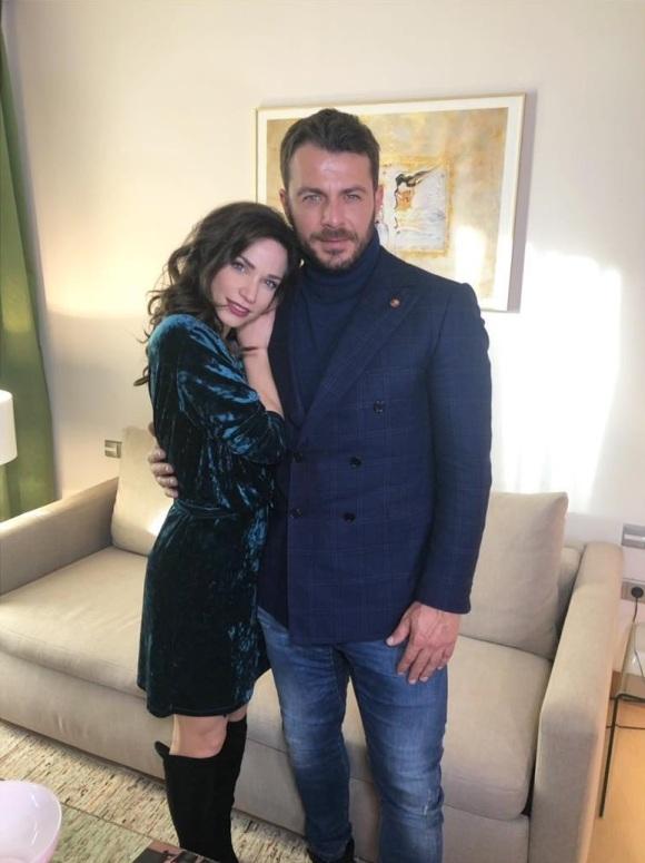 """Ο Γιώργος και η Κατερίνα κατά τη διάρκεια της συνέντευξής τους στη Σοφία Αλατζά για την εκπομπή της Ελένης Μενεγάκη """"Ελένη"""" - 11 Ιανουαρίου 2019 Φωτογραφία: emenegaki_tvo Instagram"""